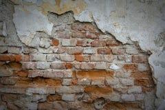 Czerwona ściana z cegieł z starym spada tynkiem Tło fotografia royalty free