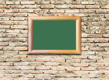 Czerwona ściana z cegieł tekstura z drewnianą wizerunek ramą Obraz Stock