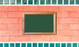 Czerwona ściana z cegieł tekstura z drewnianą wizerunek ramą Fotografia Stock