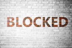 Czerwona ściana z cegieł tekstura z słowem Blokującym fotografia stock