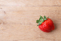 Czerwona świeża truskawkowa owoc na drewnianym stole Obraz Royalty Free