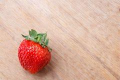 Czerwona świeża truskawkowa owoc na drewnianym stole Zdjęcia Stock