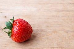 Czerwona świeża truskawkowa owoc na drewnianym stole Obraz Stock