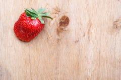 Czerwona świeża truskawkowa owoc na drewnianym stole Fotografia Royalty Free