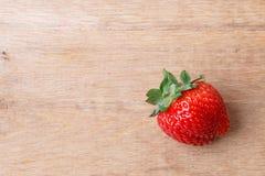 Czerwona świeża truskawkowa owoc na drewnianym stole Zdjęcie Stock