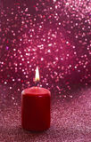 Czerwona świeczka Czerwoni błyskotliwi bożonarodzeniowe światła Zamazani abstrakcjonistyczni półdupki Obrazy Stock