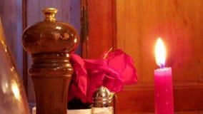 Czerwona świeczka przy łomotanie stołem Zdjęcie Royalty Free