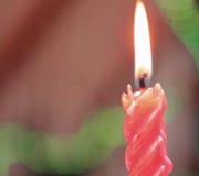 Czerwona świeczka zaświecająca świętować święto bożęgo narodzenia Zdjęcie Stock