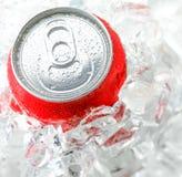 Czerwona aluminiowa puszka z wody kroplą Obrazy Royalty Free
