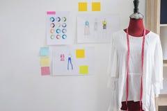 Czerwona atrapa w biel ubraniach z pomiarową taśmą w krawczynach pracownianych zdjęcia stock