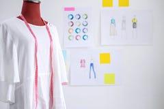 Czerwona atrapa w biel ubraniach z pomiarową taśmą w krawczynach pracownianych fotografia stock