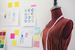 Czerwona atrapa z pomiarową taśmą w krawczyny studiu, Kreatywnie projekt obraz stock