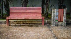 Czerwona ławka z koszem Obrazy Royalty Free