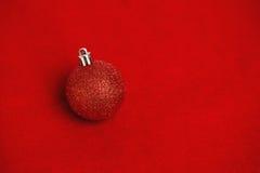 Czerwona błyskotliwość bożych narodzeń piłki dekoracja Obrazy Stock