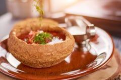 Czerwona beetroot polewka w chlebowym garnku Zdjęcie Stock