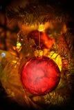 Czerwona boże narodzenie dekoraci piłka z miękkim światłem Zdjęcie Royalty Free