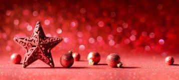 Czerwona Bożenarodzeniowa dekoracja - gwiazda I piłki zdjęcie stock