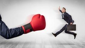 Czerwona bokserska rękawiczka puka out małego biznesmena obraz stock