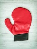 Czerwona bokserska rękawiczka na drewnianym tle, czas wolny aktywność Obraz Royalty Free