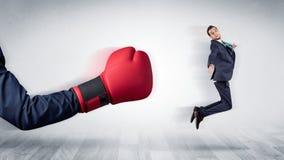 Czerwona bokserska rękawiczka puka out małego biznesmena zdjęcia stock