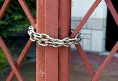 Czerwona brama zamyka na łańcuchu Fotografia Stock