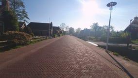 Czerwona brukowiec ulica w tradycyjnej wiosce Holandia zdjęcie wideo