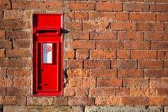 Czerwona Brytyjska skrzynka pocztowa z emaila znakiem na nim Obrazy Royalty Free