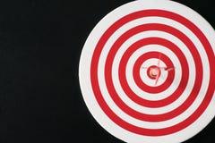 Czerwona bullseye strzałka z czerwonym strzała uderzenia centrum Zdjęcie Royalty Free