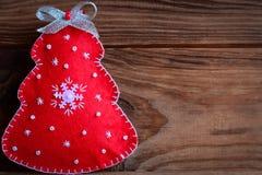 Czerwona choinka odizolowywająca na brown drewnianym tle z kopii pustą przestrzenią dla teksta Kartki bożonarodzeniowa fotografia Zdjęcie Royalty Free