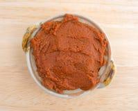 Czerwona curry pasta w małym pucharze na stołowym wierzchołku Obraz Stock