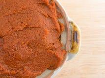 Czerwona curry pasta w małym pucharze na stołowym wierzchołku Zdjęcia Royalty Free