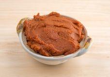 Czerwona curry pasta w małym pucharze na stole Fotografia Royalty Free