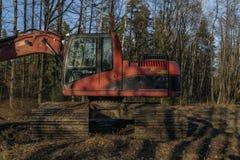 Czerwona czerparka blisko starego stawu w glinie blisko Stara Hlina cyganerii południowej wioski zdjęcie royalty free