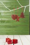 Czerwona dekoracja na drewnianym tle Obrazy Stock