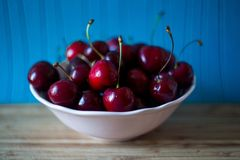 Czerwona dojrzała wiśnia w białej filiżance zdjęcie royalty free