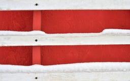 Czerwona drewniana ściana z trzy białymi porysowanymi deskami z gwozdziem na drewnie obrazy stock