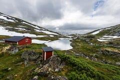 Czerwona drewniana buda i toilette jesteśmy w granicie Galgebergstjornane jezioro w Norwegia fotografia stock