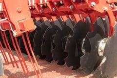 Czerwona dysk brony przyczepa dla Uprawia ziemię ciągnika Zdjęcia Stock