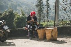 Czerwona dzao mniejszo?ci etnicznej kobieta szy w Sa Pa, Lao Cai prowincja, Wietnam starsza kobieta robi pami?tkom na ulicie obrazy stock