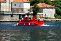Czerwona dziecko łódź podwodna unosi się na zatoce Kotor, Montenegro Zdjęcie Stock