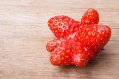 Czerwona dziwna truskawkowa owoc na drewnianym stole Zdjęcie Stock
