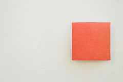 Czerwona etykietka na concreat ścianie Obraz Royalty Free