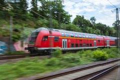 Czerwona europejczyka pociągu transportu publicznego ruchu plama Outdoors Zdjęcia Stock