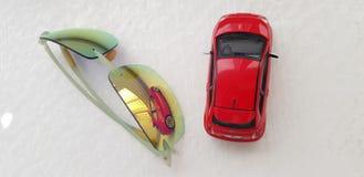 Czerwona Fiat 500 zabawka odbijał w zielonych okularach przeciwsłonecznych zdjęcie royalty free