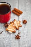 Czerwona filiżanka herbaciani i Bożenarodzeniowi ciastka Fotografia Stock