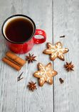 Czerwona filiżanka herbaciani i Bożenarodzeniowi ciastka Obraz Royalty Free