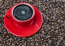 Czerwona filiżanka kawy z bąblami zdjęcia royalty free