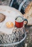 Czerwona filiżanka z herbatą, cytryna i ciastka na drewnianej beli Zdjęcia Royalty Free