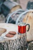 Czerwona filiżanka z herbatą, cytryna i ciastka na drewnianej beli Obrazy Royalty Free