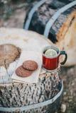 Czerwona filiżanka z herbatą, cytryna i ciastka na drewnianej beli Obrazy Stock